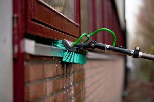 Kozijnen en vensterplanken reinigen